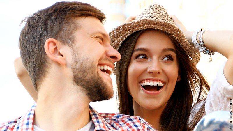 Glück in der Liebe. Glückliches Paar lacht sich an.