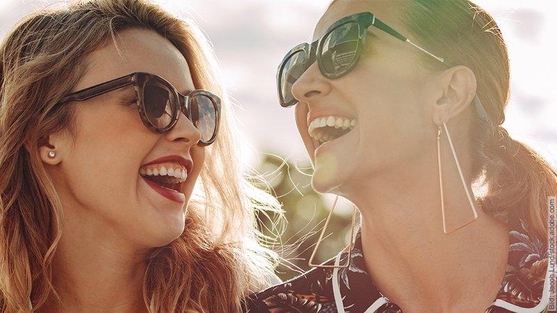 Stutenbissigkeit unter Frauen. Zwei gut gelaunte Frauen lachen über etwas.