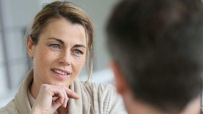 Wie du in 90 Minuten mit dem Zwiegespräch deine Partnerschaft verbesserst. Mann und Frau unterhalten sich angeregt.