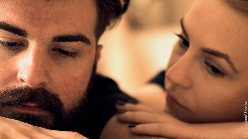 Beziehungskrise - Problem oder Chance. Paar versucht miteinander zu reden.