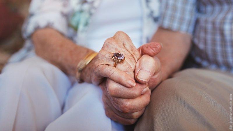 Eine glückliche Partnerschaft oder Ehe ist gesund. Ältere Paar hält Händchen.