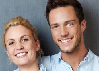 Glücklich sein. Mann und Frau lachen glücklich in die Kamera.
