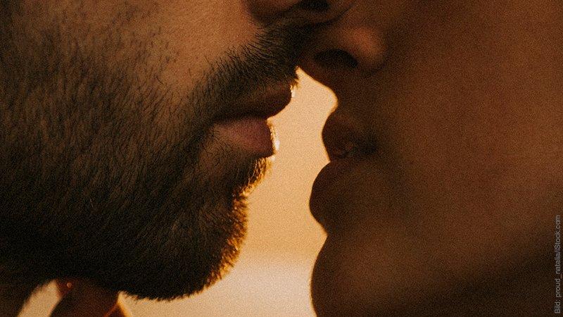 Küssen statt kränkeln. Paar küsst sich.