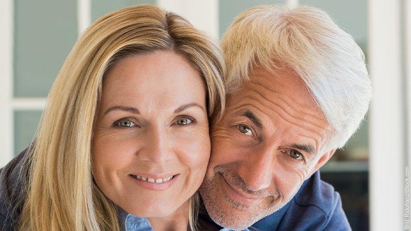 Welche Probleme können bei einer Partnerschaft mit großem Altersunterschied auftreten? Ein Paar umarmt sich, er ist älter als sie.