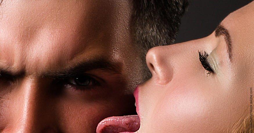Flirten und Körpergeruch. Frau leckt Mann erotisch ab.