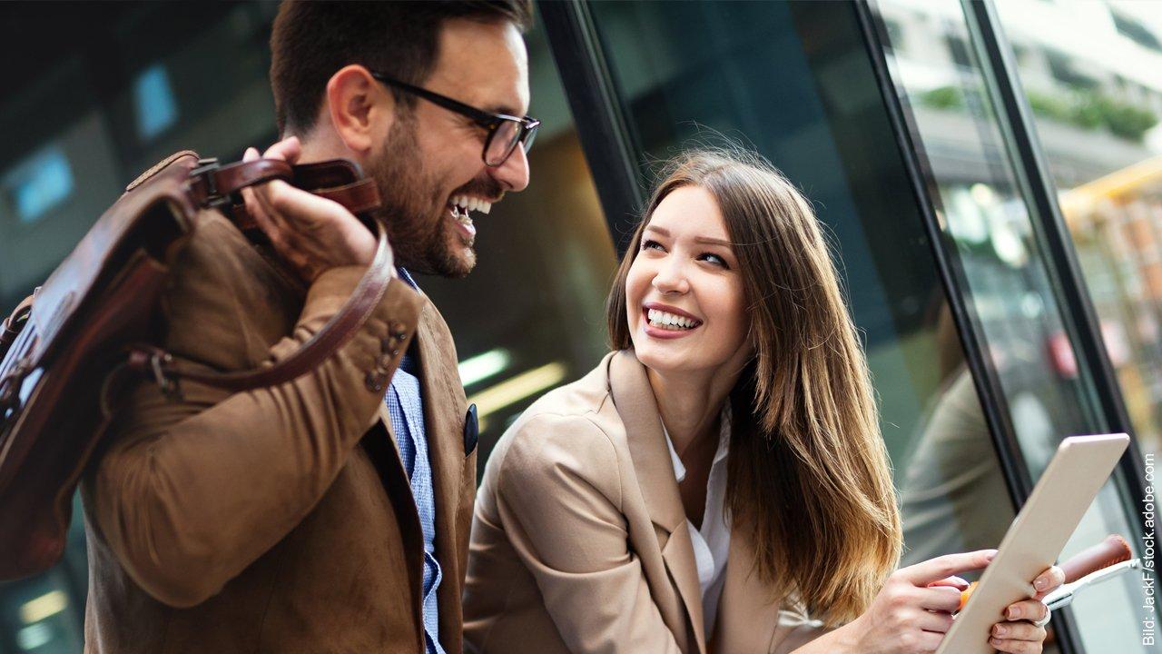 Selbstbewusstsein verbessern fürs Flirten. Mann und Frau lachen miteinander.