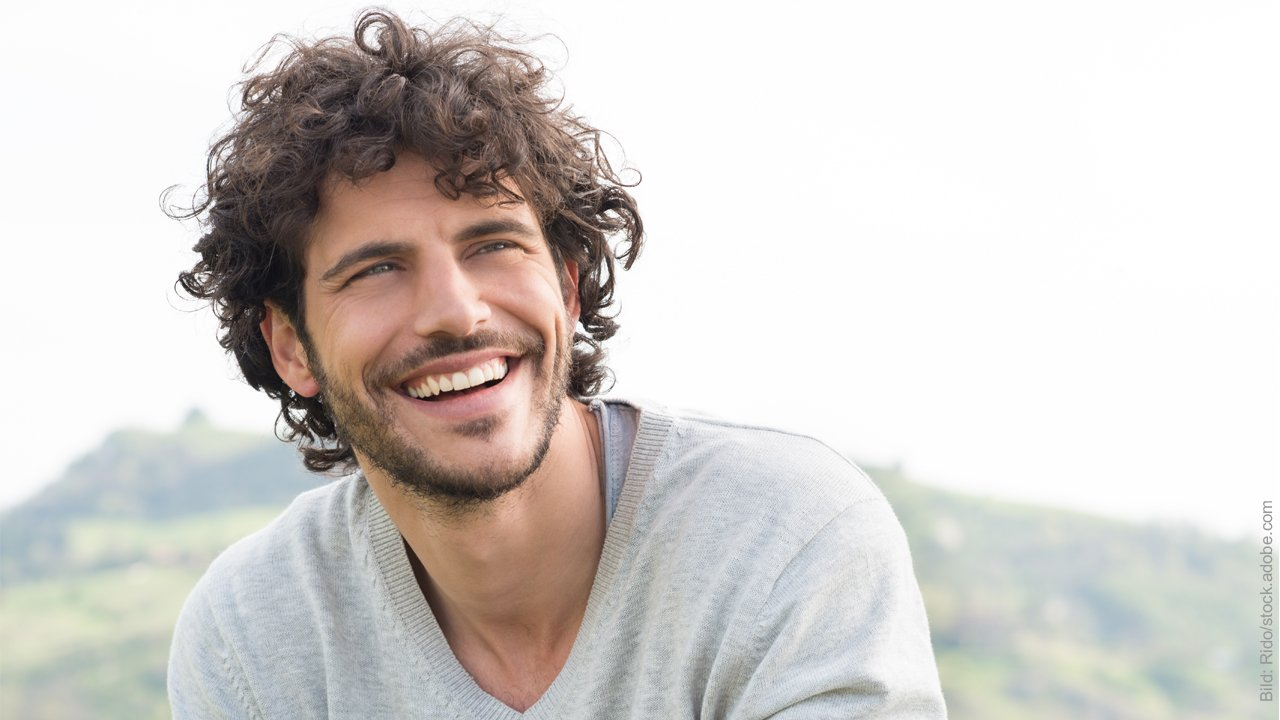 Äußeres beim Flirten - nur für Männer. Attraktiver Mann lächelt.