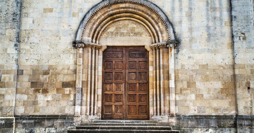 Was ist Hypnose? Tor zu einer Kathedrale.