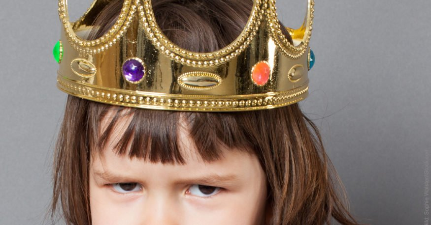 Gedächtnistraining: Mädchen mit Krone schaut konzentriert.