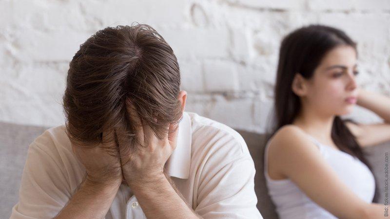 Kraftlos wegen Liebeskummer. Mann und Frau sehen verzweifelt aus.