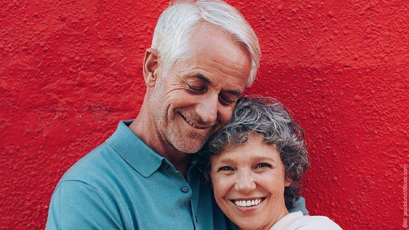 Bindungsstile. Mann und Frau sind in einer zärtlichen Umarmung.