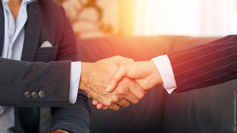 Geheime Verträge der Liebe. Mann und Frau im Businessgewand beim Handschlag.