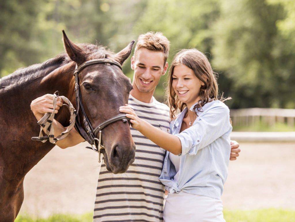pferdegestützte Paartherapie: Paar mit Pferd