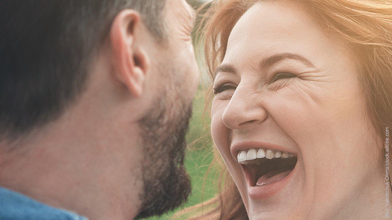 3 Gründe für Frühlingsgefühle: Frau strahlt Mann an.