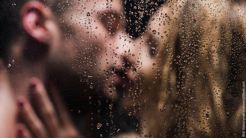 8 verräterische Zeichen: Wenn Frauen fremdgehen. Mann und Frau in der Dusche. Du siehst nur, wie sie sich küssen.