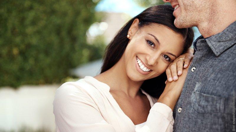 Sehnsucht, Sucht und Empathie. Frau kuschelt sich an die Schulter ihres Mannes.