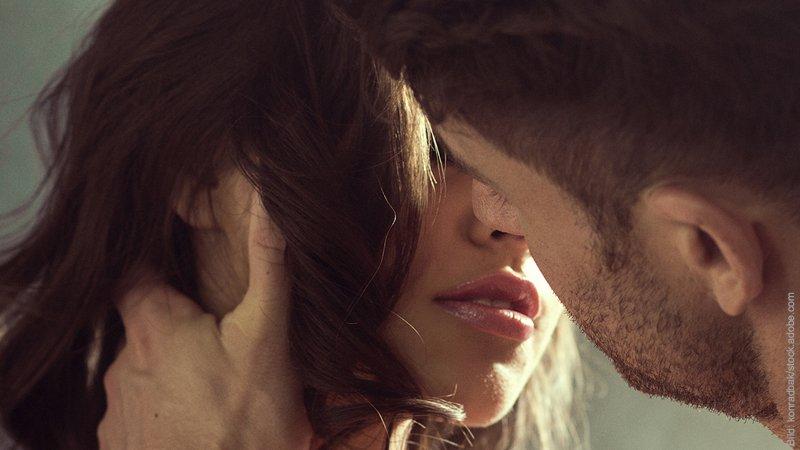 Sexuelle Polarität. Mann und Frau sind kurz davor, sich zu küssen.