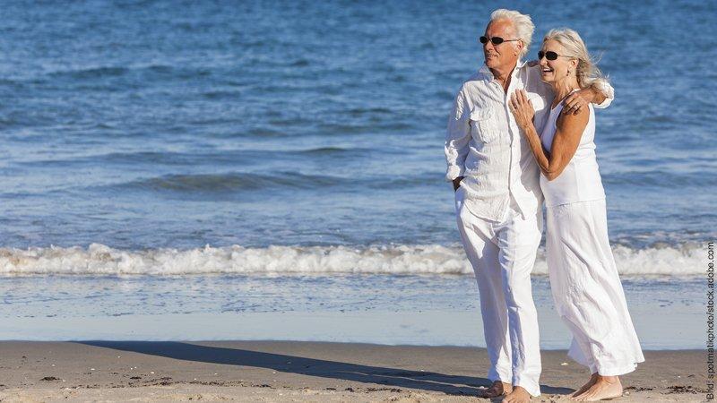 Stimmt nicht! Falsche Erinnerungen in der Liebe. Paar steht an einem schönen Strand.