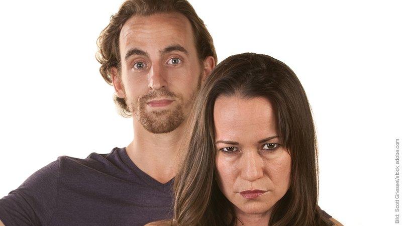 ROCD - Zweifel an der Liebe. Mann und Frau. Er schaut euphorisiert, sie zweifelnd, grübelnd, grimmig.