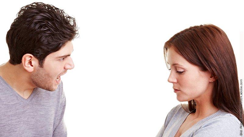 Neid und Eifersucht in der Partnerschaft. Mann redet auf Frau ein.