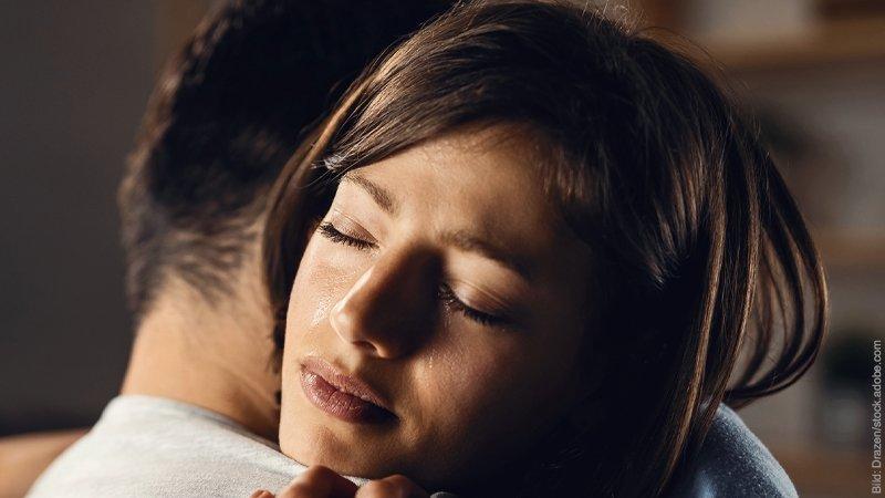 Liebeskummer überwinden - 6 schnelle und 6 nachhaltige Wege Mann und Frau umarmen sich.