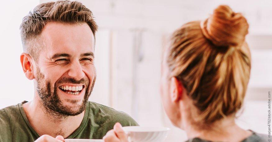 Achtsamkeit in der Partnerschaft: Mann lacht Frau an.
