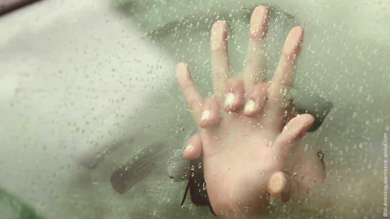Affären- mindestens 11 hartnäckige Irrtümer über Untreue. Hinter einer beschlagenen Autoscheibe sind zwei ineinander verschränkte Hände zu sehen, die sich an der Scheibe abzustützen scheinen.