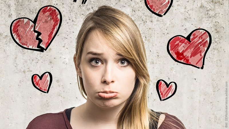 9 Typen Fremdgeher. Junge Frau macht Schmoll-Lippen. Um ihren Kopf schwirren Herzchen.