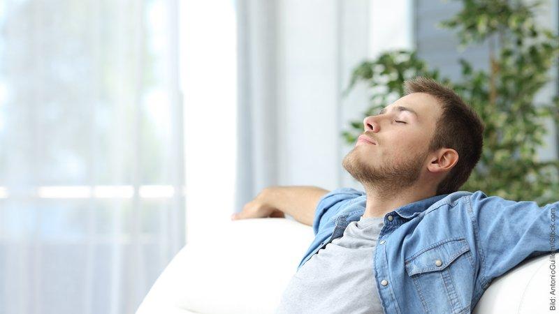 Die 7 Phasen der Trennung. Junger Mann entspannt mit geschlossenen Augen.