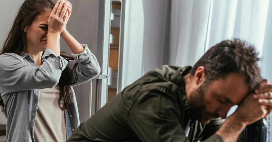 Leiden wegen Seitensprung: die 10 häufigsten Symptome: Paar ist traurig, verzweifelt.