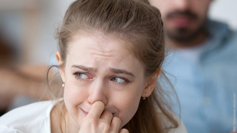 Trennen: Trennung vom Partner überwinden. Junge Frau ist traurig.