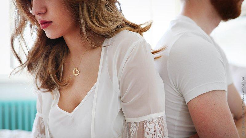 Trennung vermeiden: Trennung verhindern. Mann und Frau drehen einander den Rücken zu.