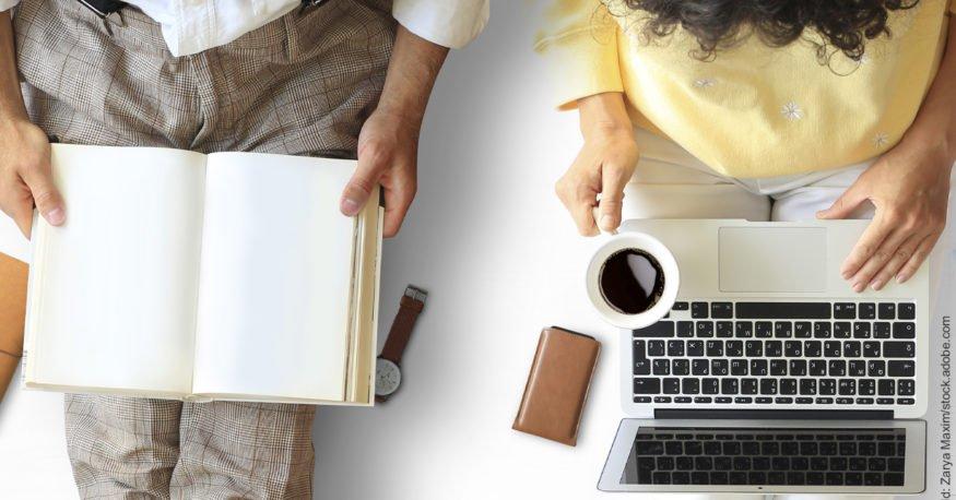 8 Tipps: So bleiben Sie trotz Corona-Quarantäne als Paar glücklich. Frau mit Laptop und Mann mit Buch auf den Knien.