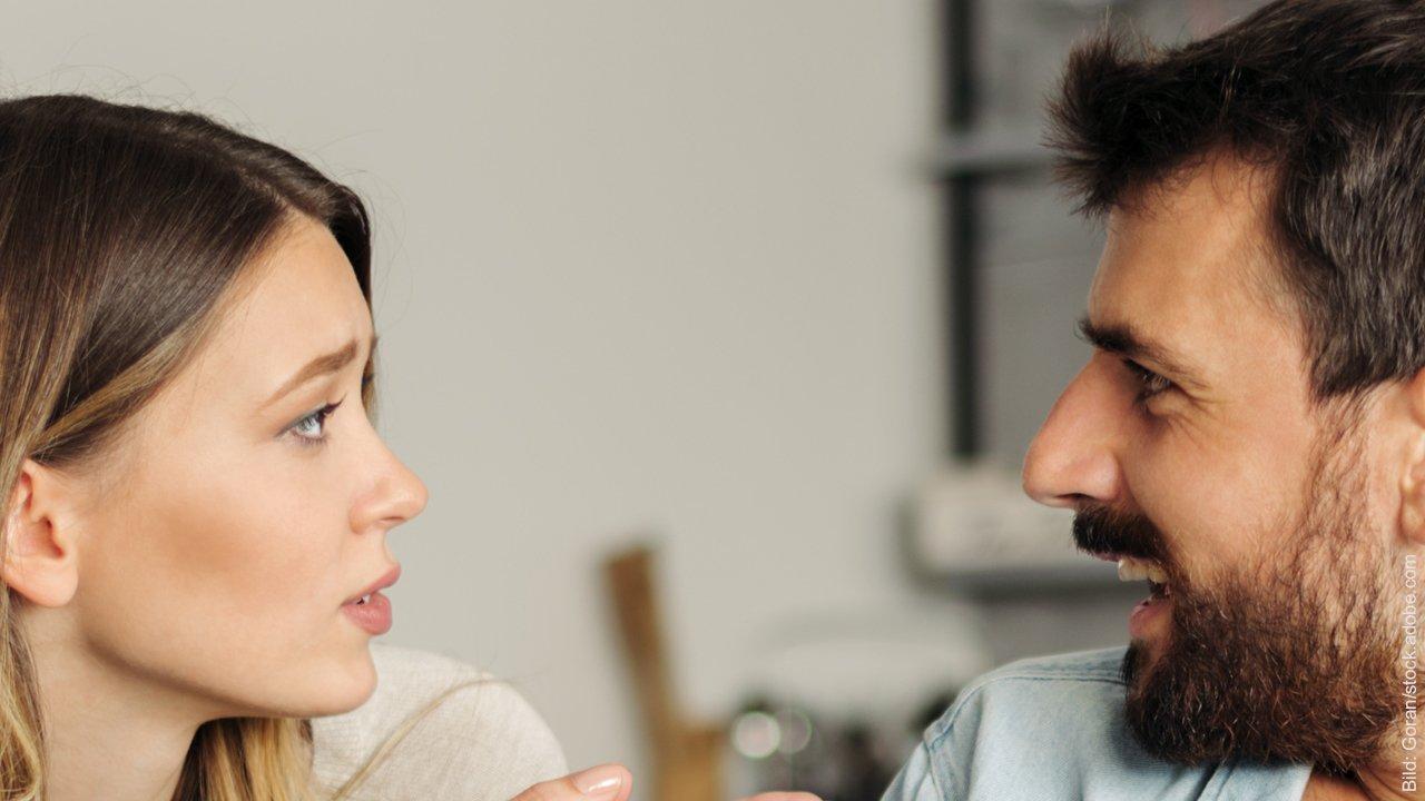 Konflikte lösen nach einem Streit. Mann und Frau streiten.