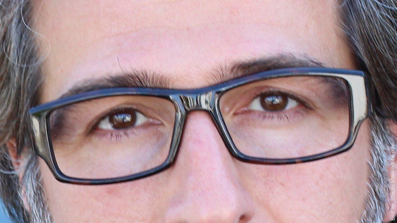 Wie wirken Streit und Stress in der Partnerschaft? Brille tragender Mann mit traurigen Augen. Er hat vermutlich Streit oder Stress in seiner Partnerschaft.