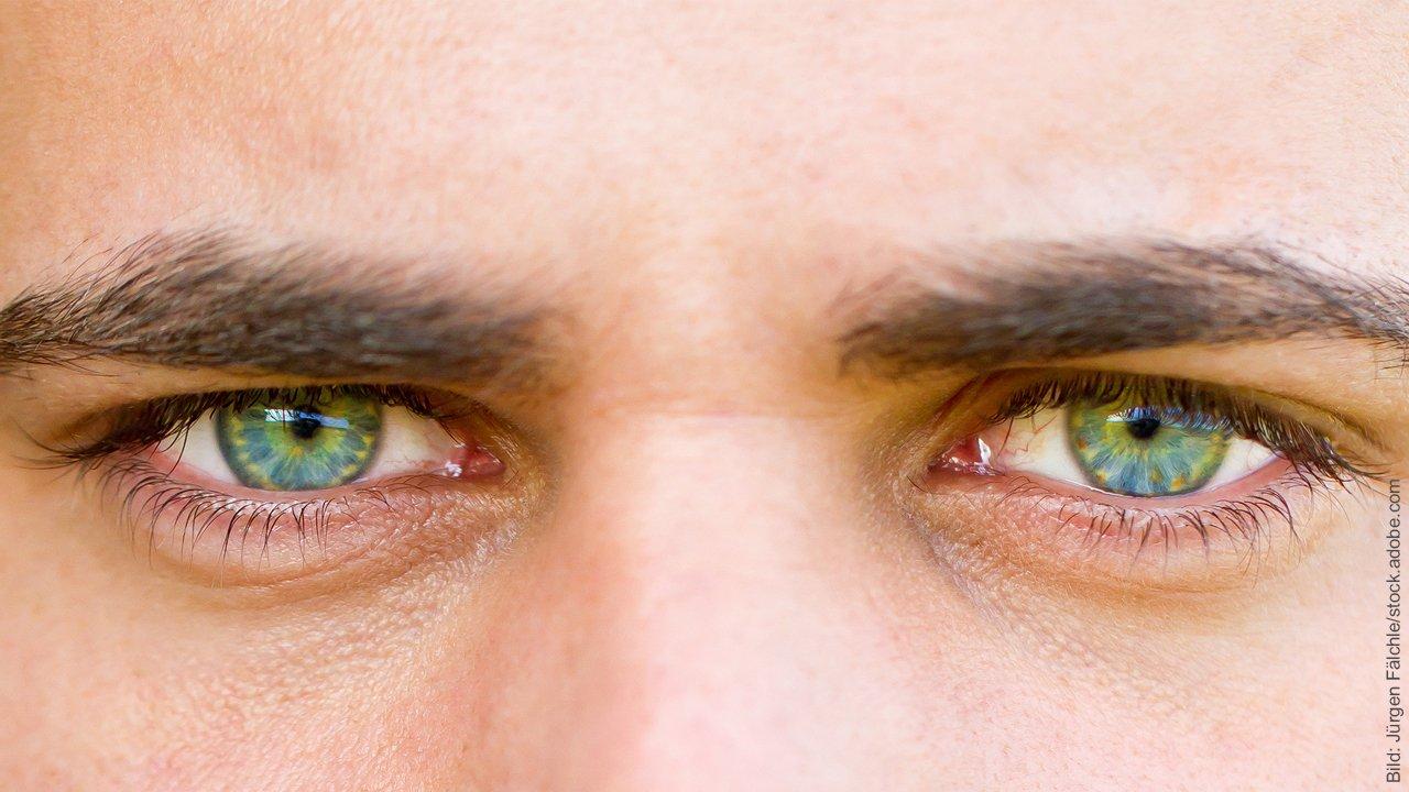 Lügen in der Partnerschaft. Mann mit grünen Augen.