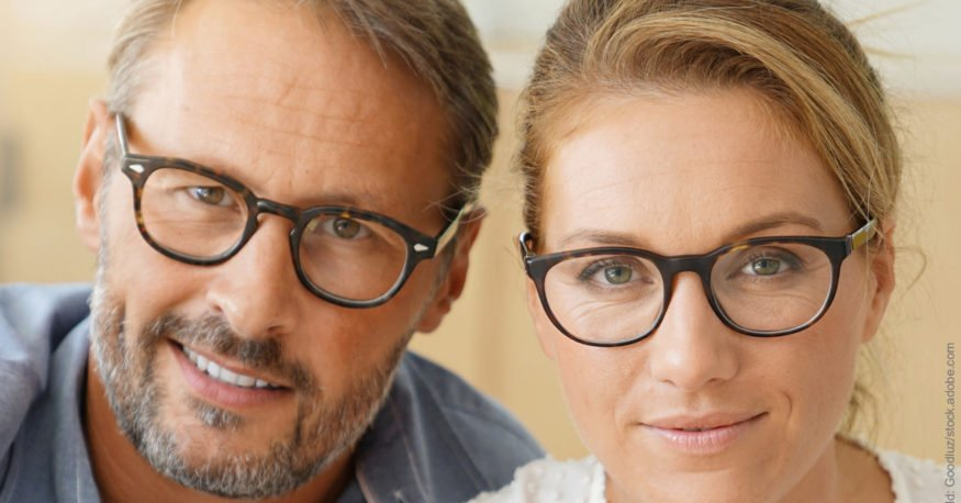 Auseinandergelebt: Wie ihr wieder zueinander findet. Paar mit Brille schaut freundlich nach vorne. Sie haben bestimmt wieder zueinander gefunden und das Auseinander-gelebt-sein überwunden.