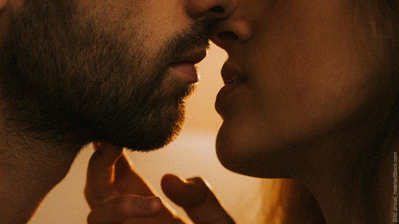 Empathie und Manipulation in Partnerschaften. Mann und Frau kurz davor, sich zu küssen.