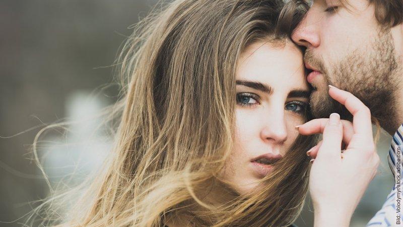 Freundschaft-Plus - alter Hut auf neuem Kopf. Frau kuschelt sich an Mann.