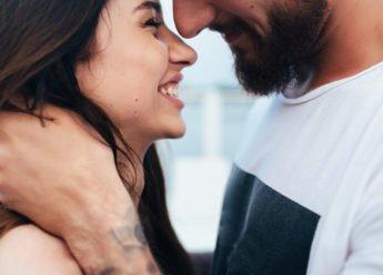 Glückliche Partnerschaft und Beziehung retten. Mann und Frau schauen sich glücklich an. Sie haben ihre Beziehung bestimmt gerettet.