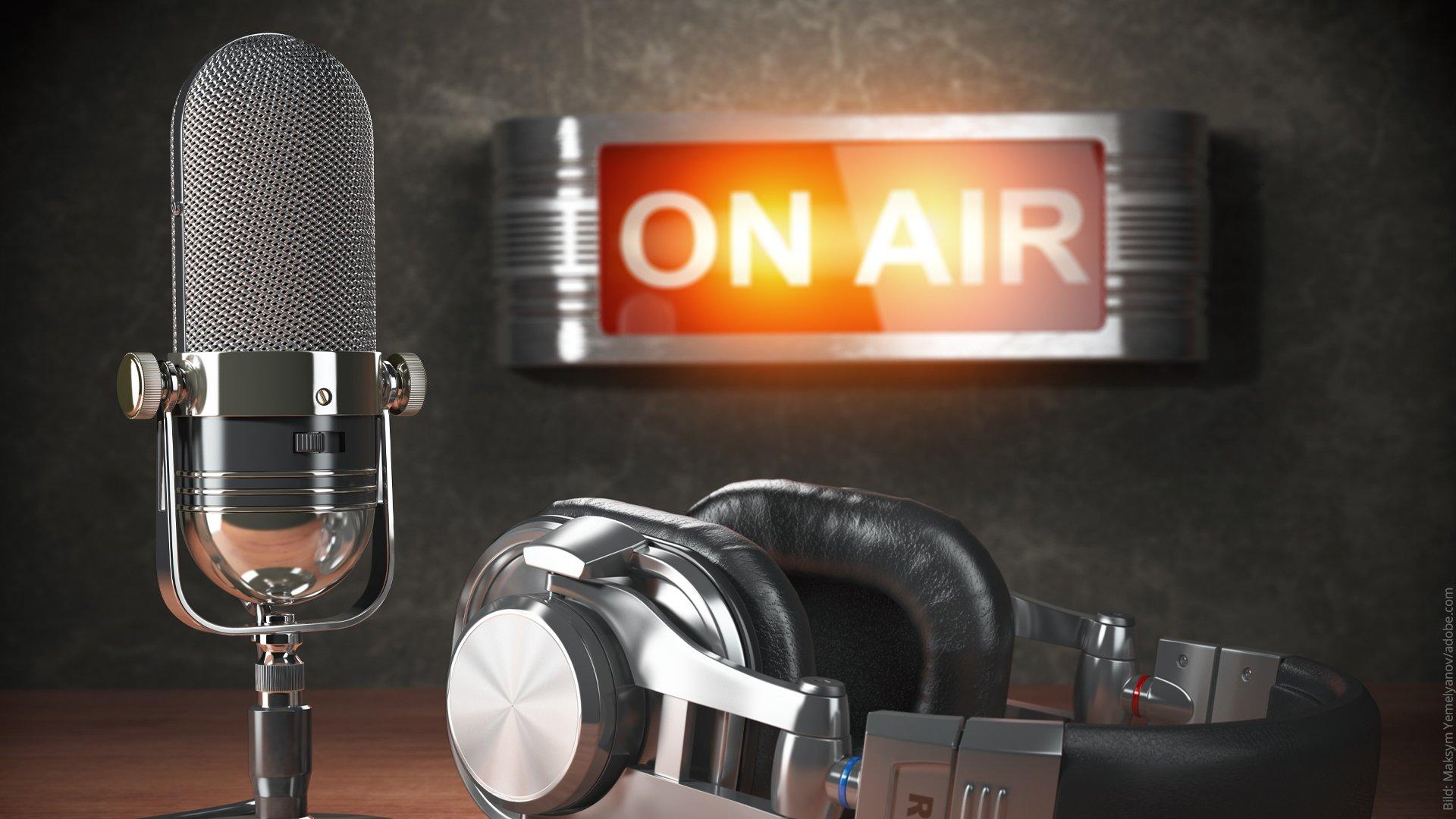 Medienspiegel. Kopfhörer und Mikrofon bei einem Radio-Interview.