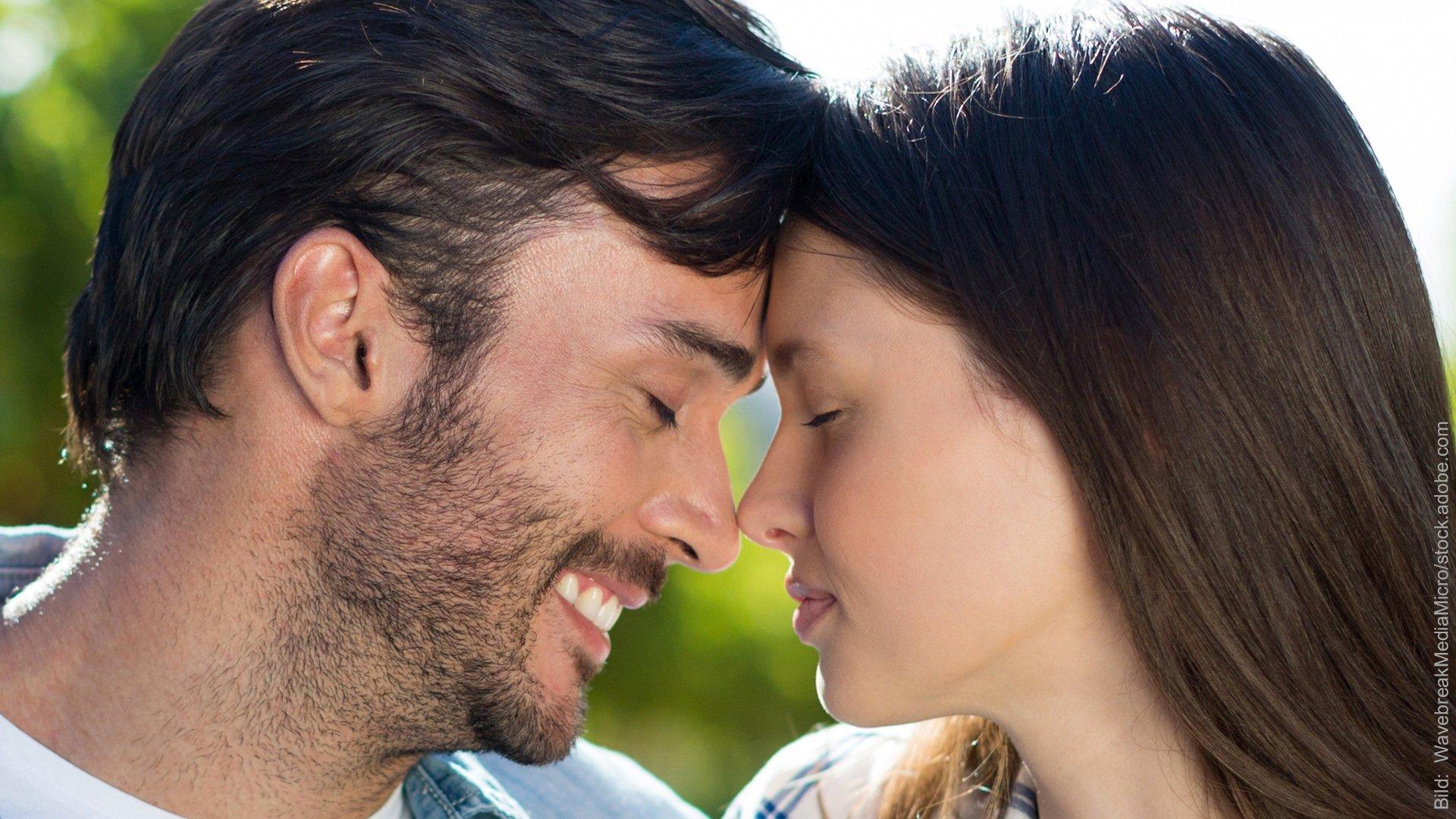 Präventive Paartherapie - wie gelingt Glück? Paar schaut sich verliebt an.