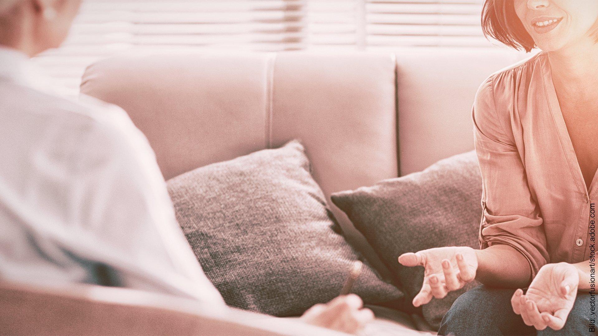 Systemische Paartherapie. Klientin und Therapeutin sprechen miteinander.