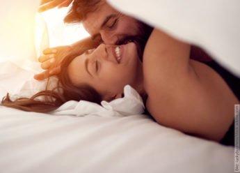 Verlieben und Sexualität. Verliebtes Paar im Bett, in einer sexuellen Pose.