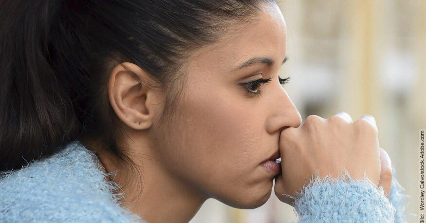 Toxische Beziehungen: Frau schaut traurig