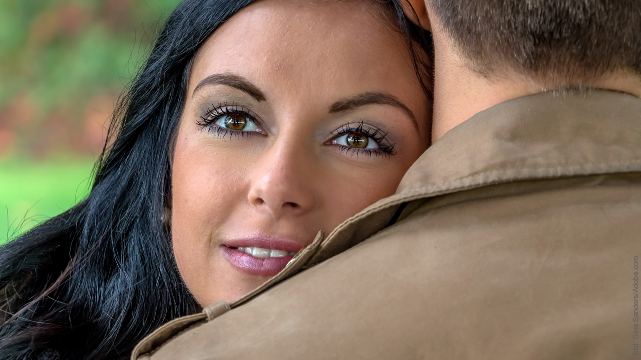 Beziehung retten: Frau kuschelt sich an ihren Mann